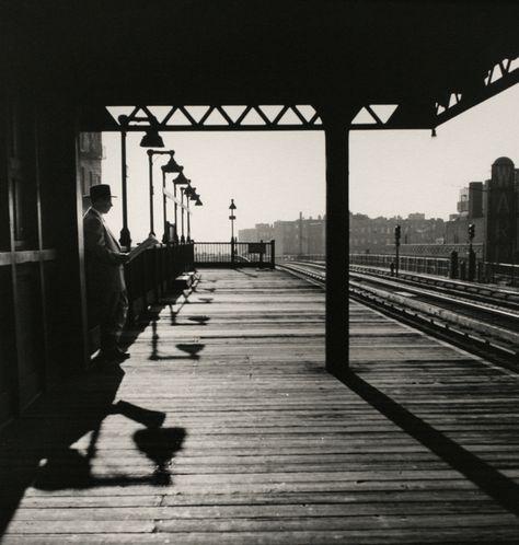 Rudolph Regter op spoorstation.