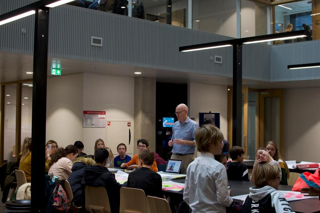 Rudoph Regter nu eens aan het werk met leerlingen van het middelbare van het Lyceum Rotterdam. Leerlingen actief op de Hogeschool Rotterdam met Business Model Canvas en chco.me