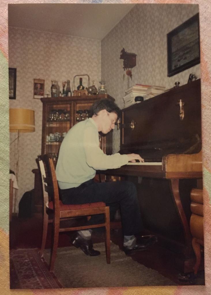 Rudolph Regter speelt piano in Leipzig (DDR)